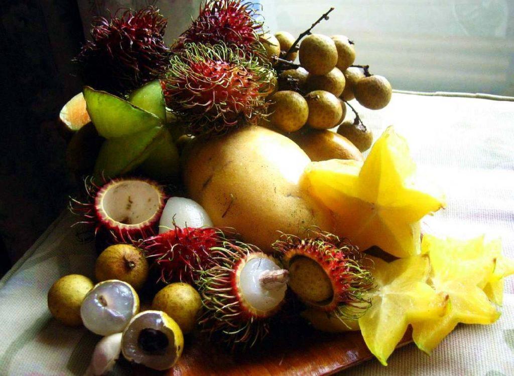 Экзотические фрукты на столе