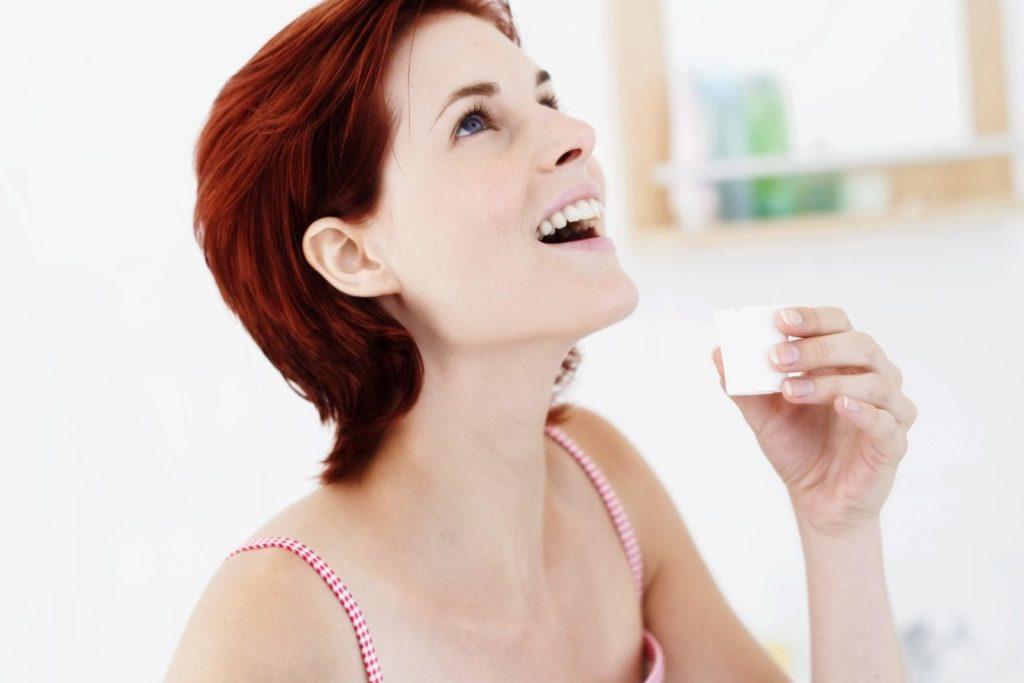 Женщина полоскает рот