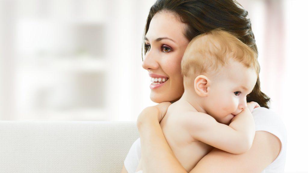 Счастливая женщина с ребенком