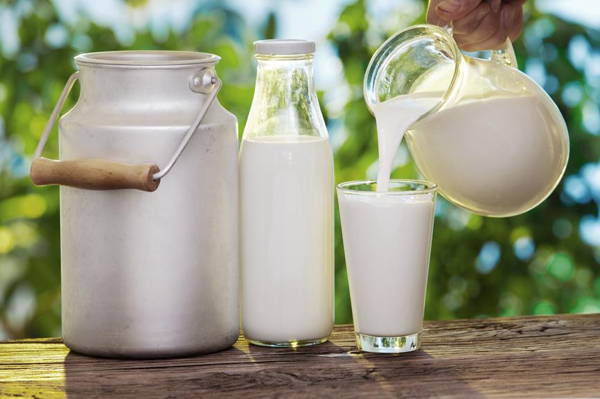 Бидон, бутылка, стакан молока