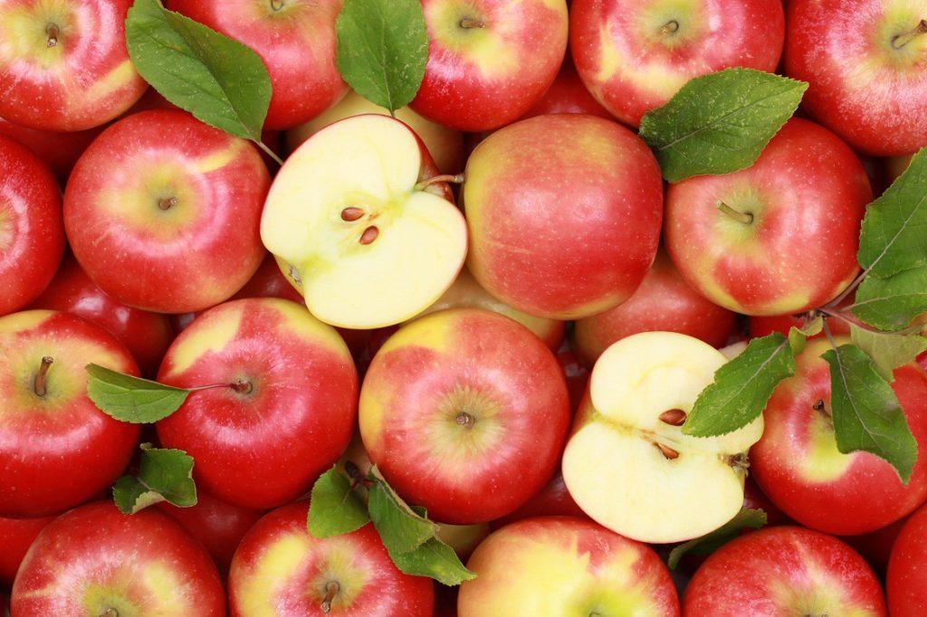 Яблоки целые и половинки