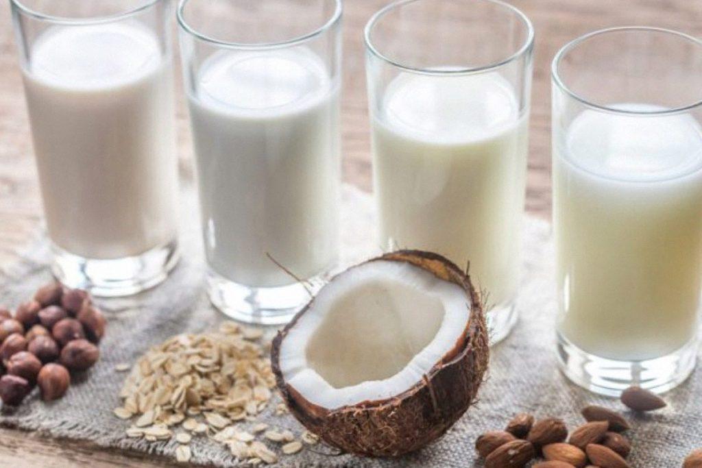 Растительное молоко в стаканах