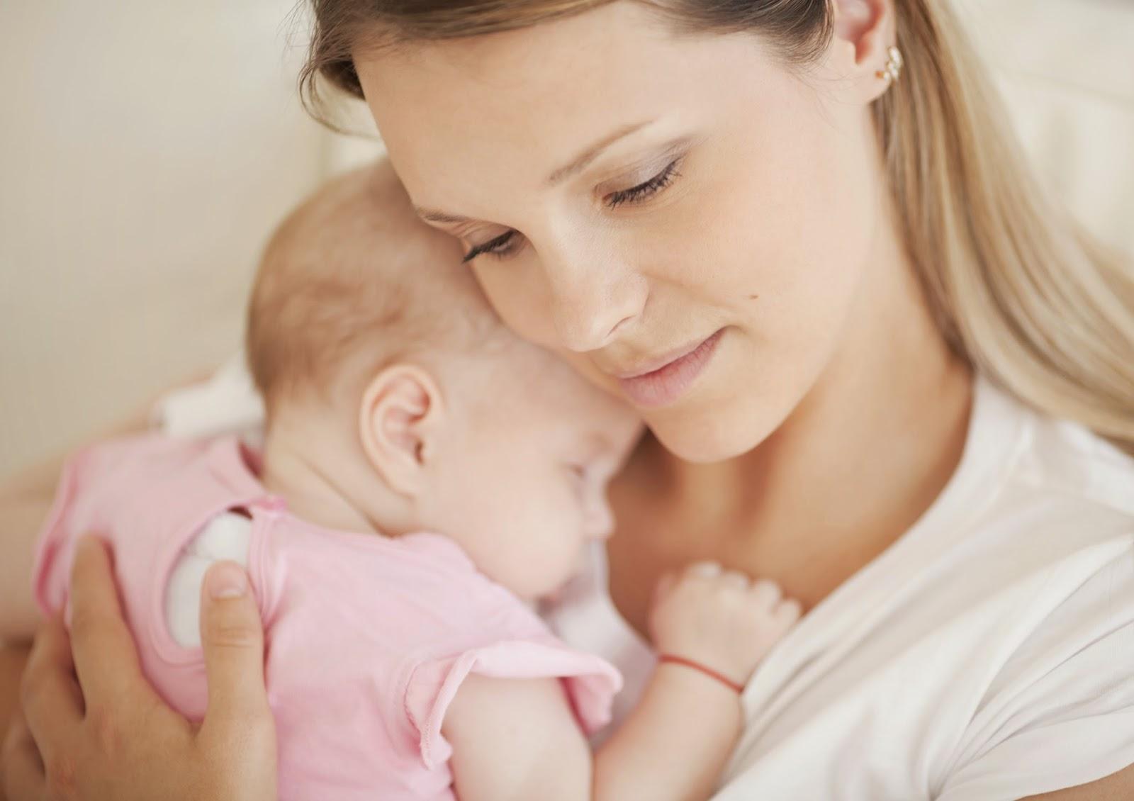 Мама держит малыша на руках и прижимает к себе