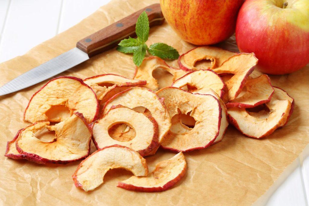 Сушеные яблоки нож на столе
