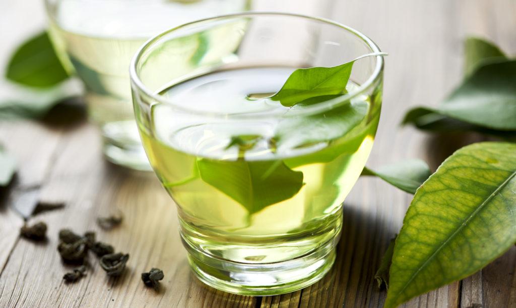 Зеленый чай в стакане