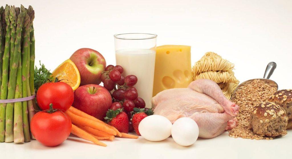 Овощи, фрукиы, мясо, сыр, молоко на столе