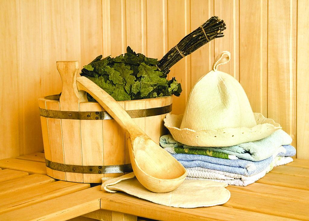 Банные принадлежности, шапка, ковшик, ушат, веник, полотенца в бане