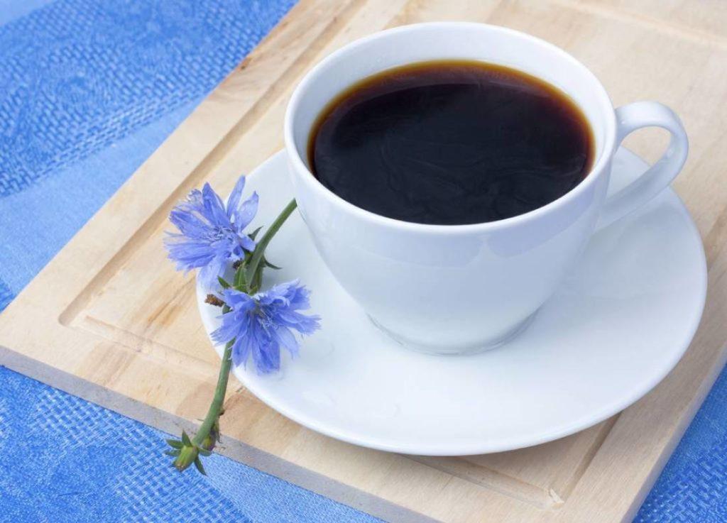 Напиток из цикория в чашке на столе