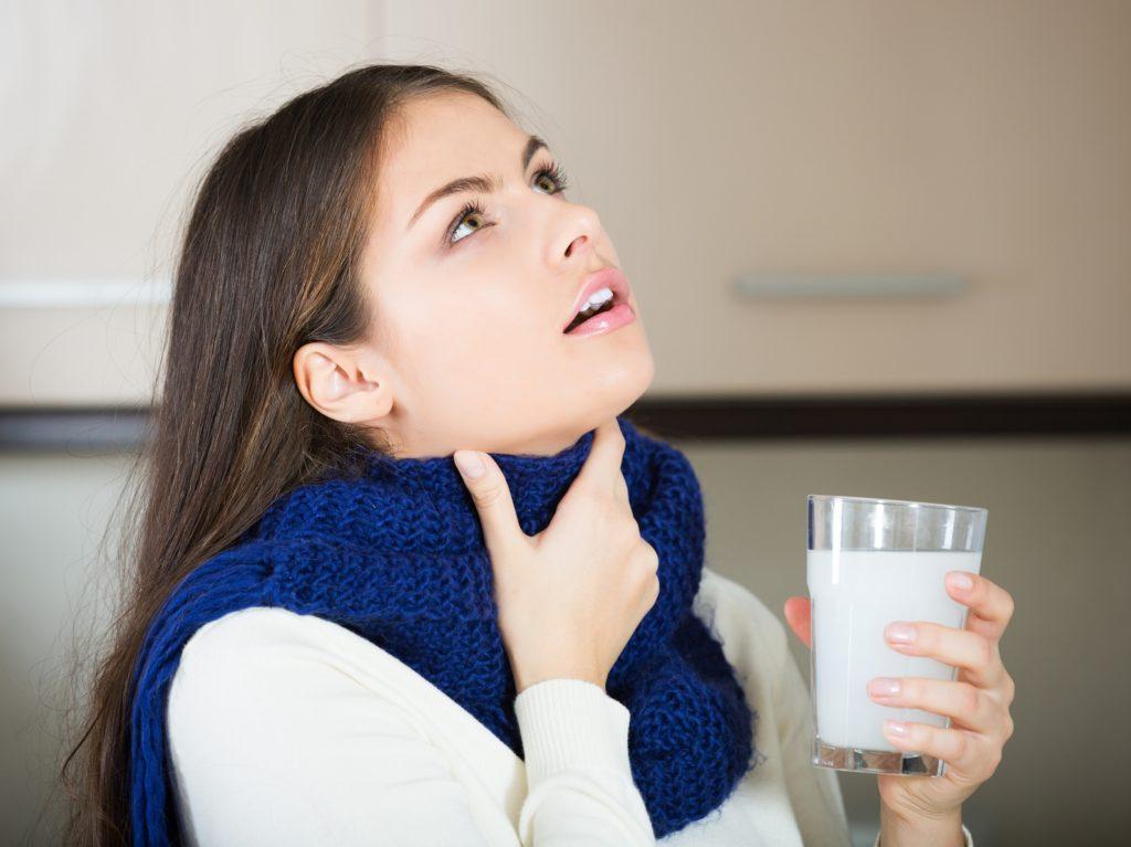 Женщина полоскает горло