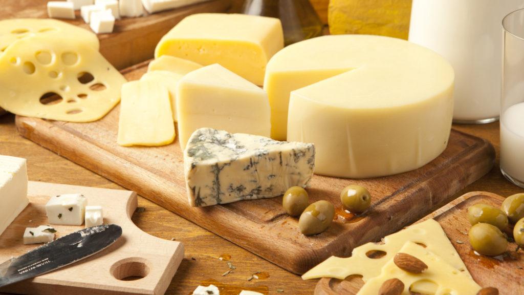 разные виды сыра на столе