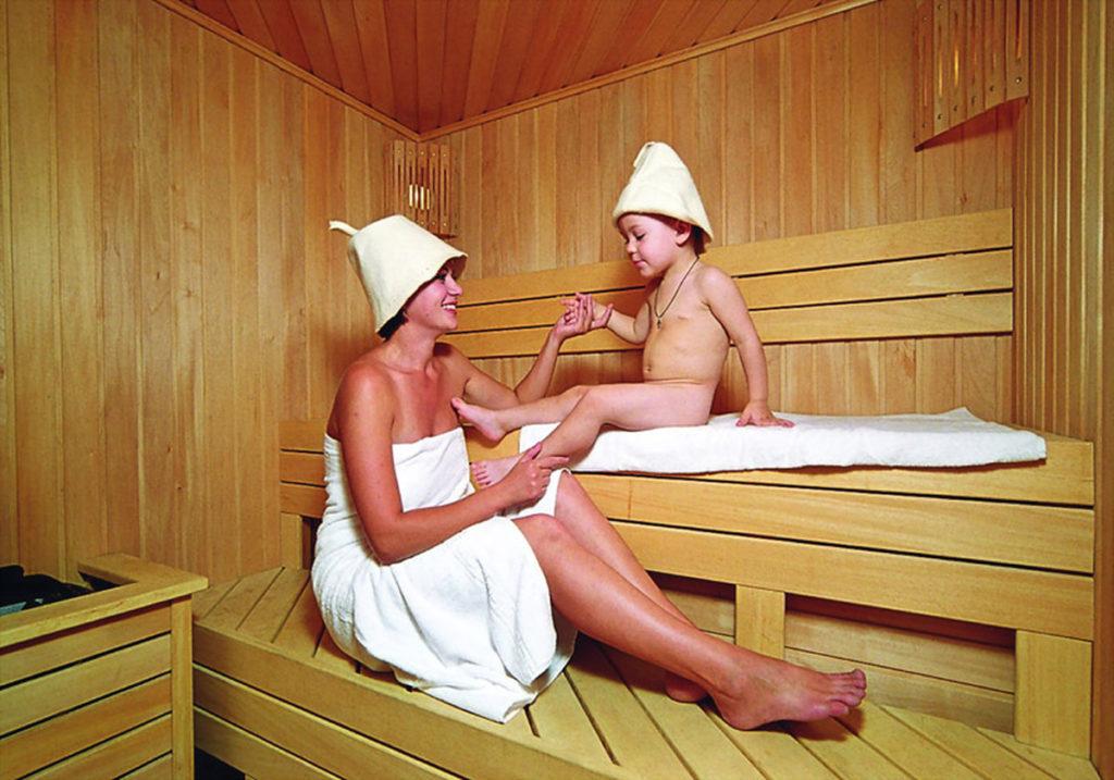 Женщина с ребенком в бане