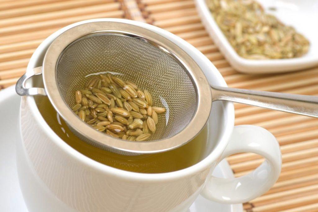 Чай из фенхеля в кружке, семена фенхеля в ситечке
