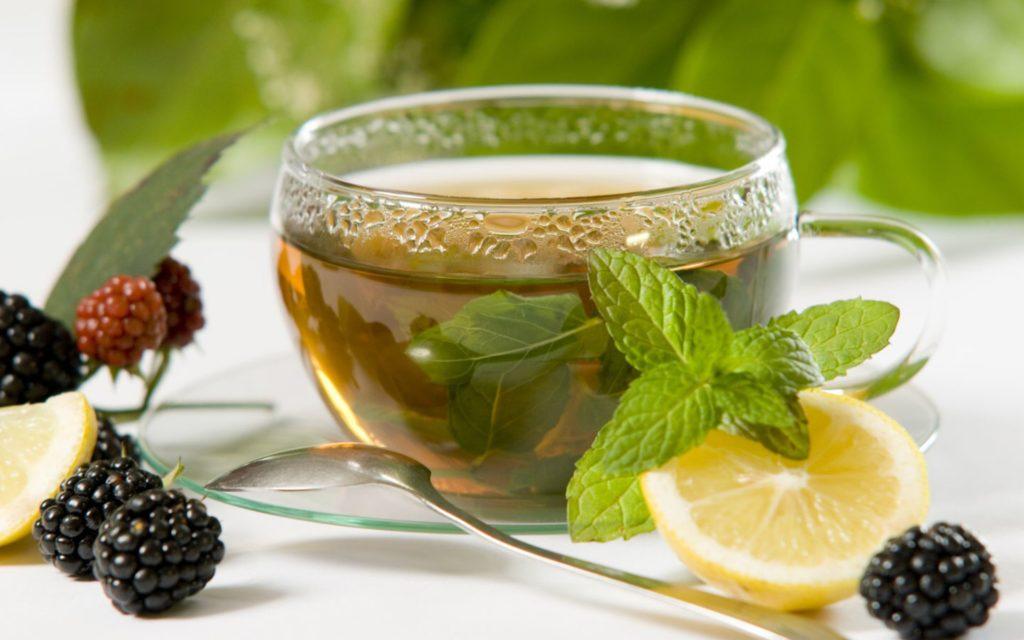 Травяной чай в чашке на столе
