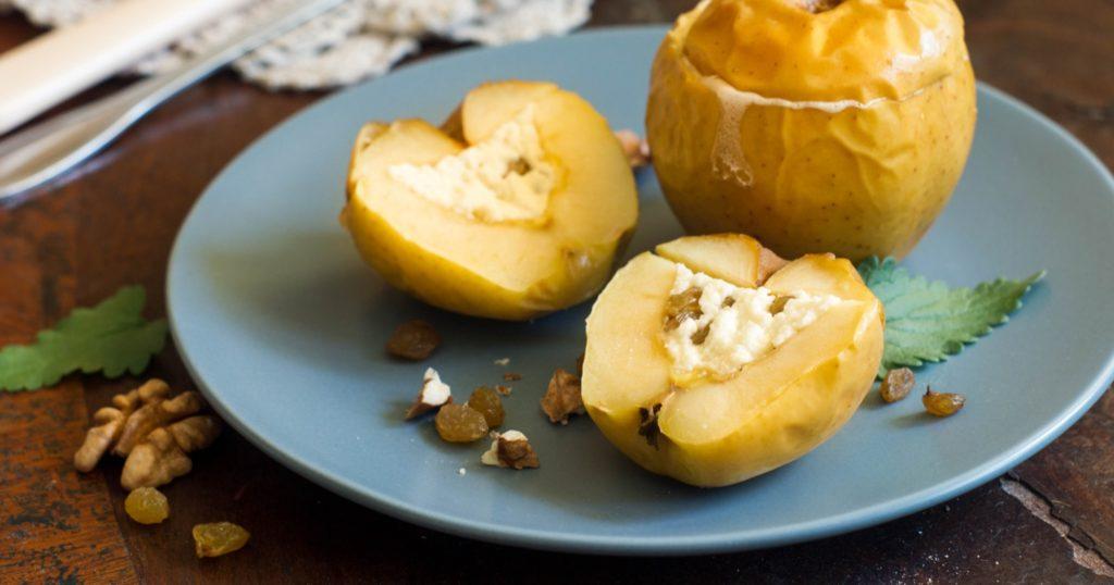 Яблоки, запеченные с творогом, на голубой тарелке