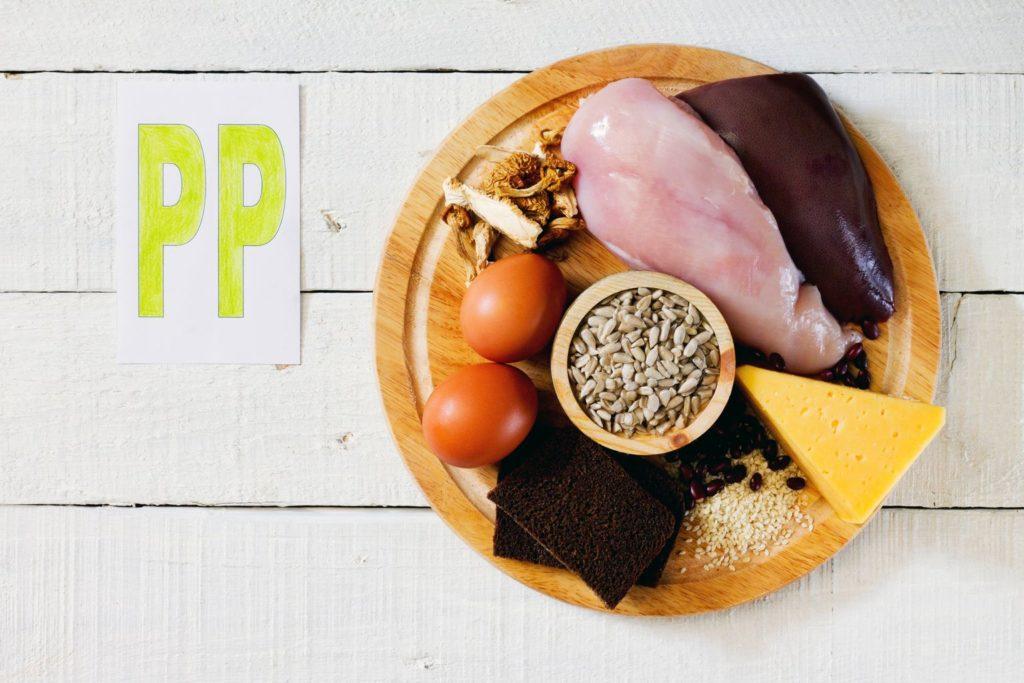 Пища, богатая никотиновой кислотой: семена подсолнечника, куриная грудка, печень, сыр, яйца, грибы, хлеб