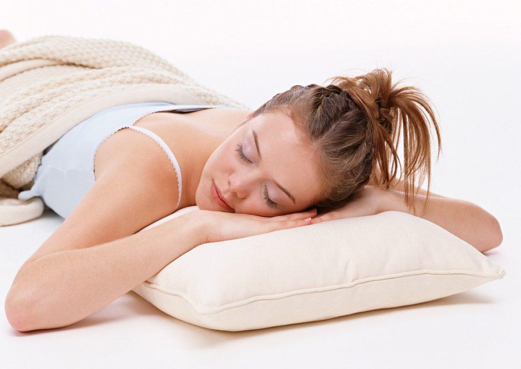 Женщина спит на животе