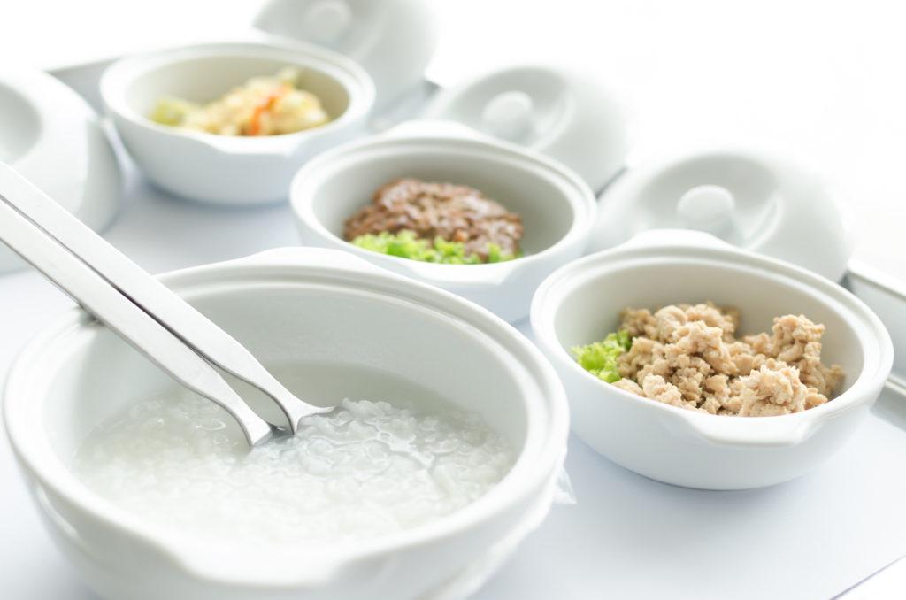 Тарелка с рисовым супом на белом фоне