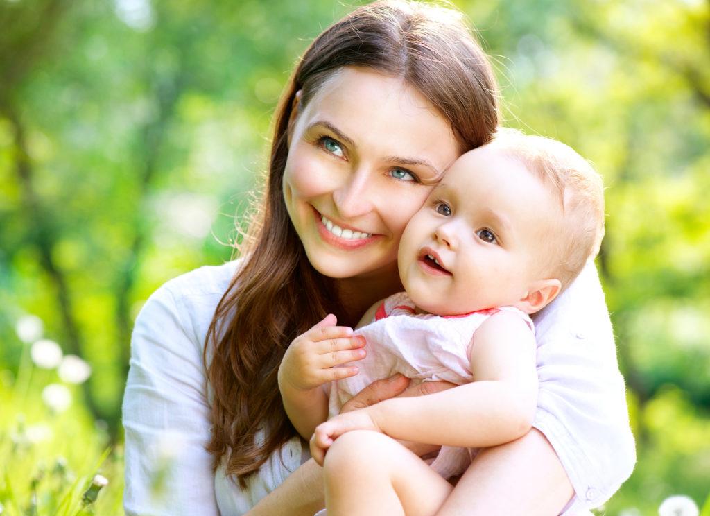 Счастливая мама с ребенком на руках