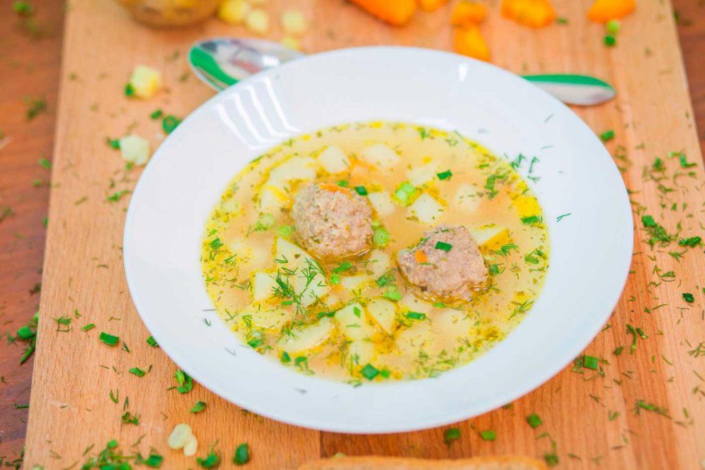 Суп с фрикадельками в белой тарелке