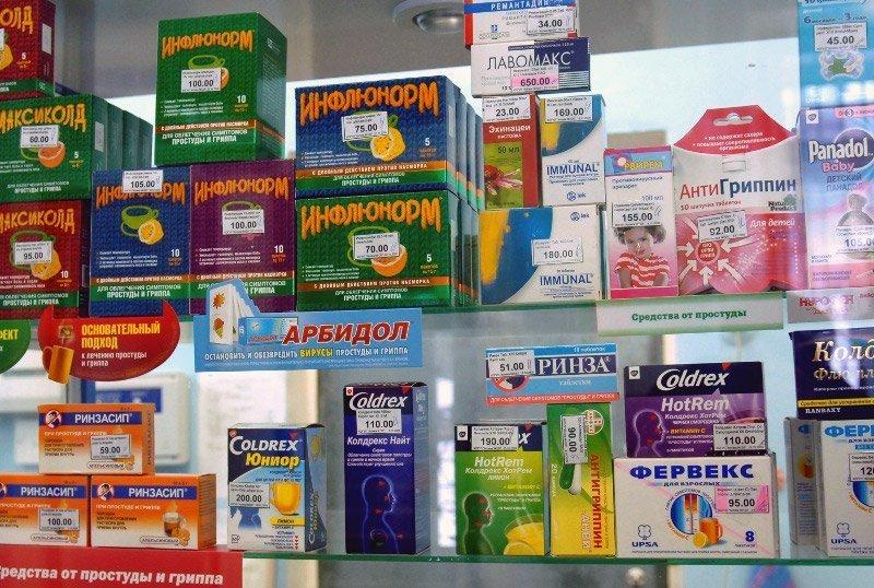 Растворимые порошки от гриппа и простуды на аптечной полке