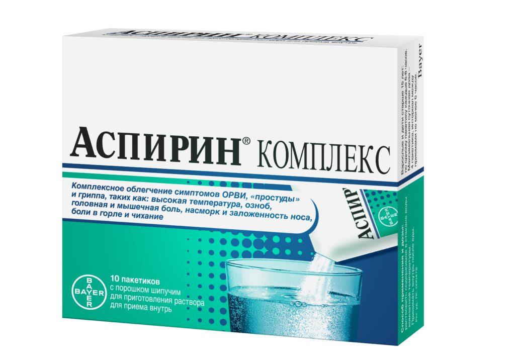 Аспирин в пакетиках на белом фоне