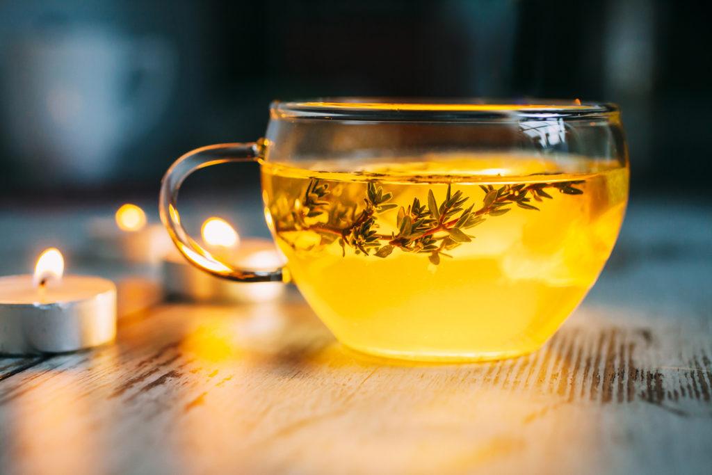 Чашка с чаем с чабрецом на столе