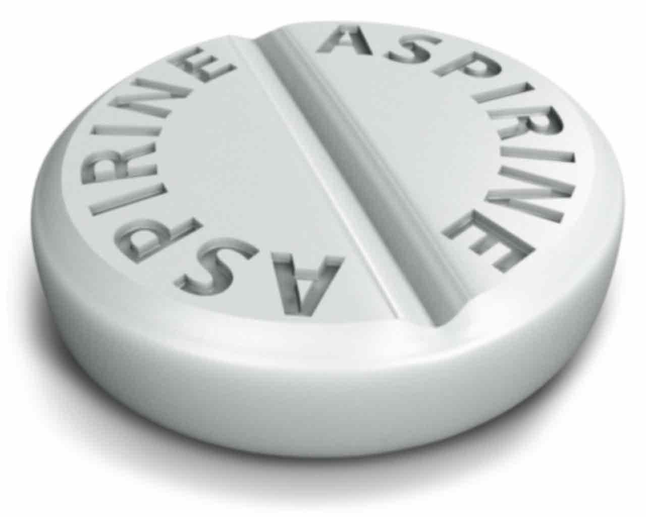 Таблетка Аспирина на белом фоне