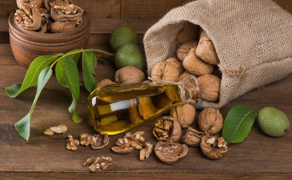 Грецкие орехи в мешке и бутылочка масла грецкого ореха