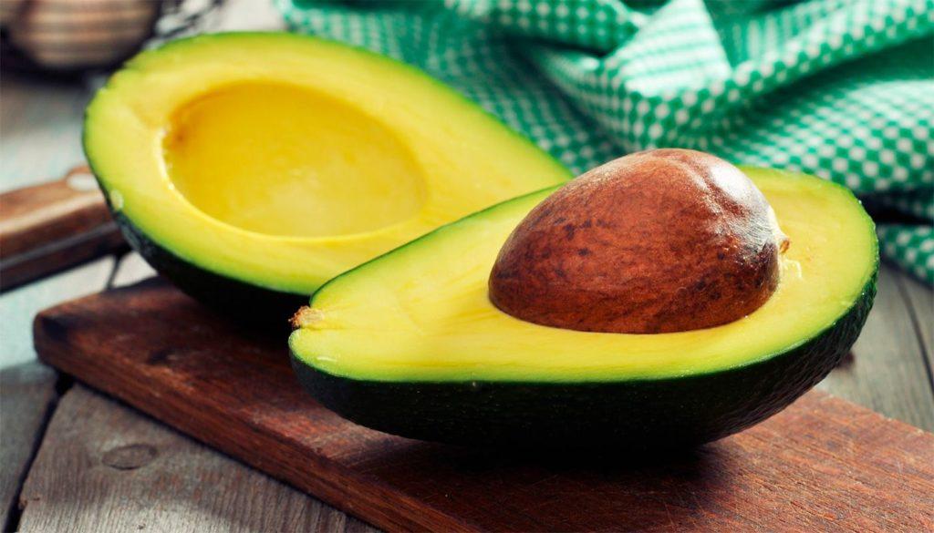 Половинки авокадо на столе