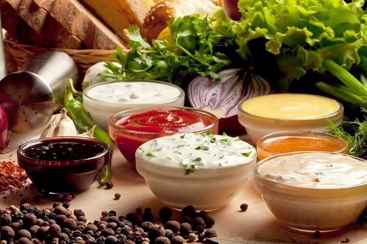 Различные соусы в соусницах на столе