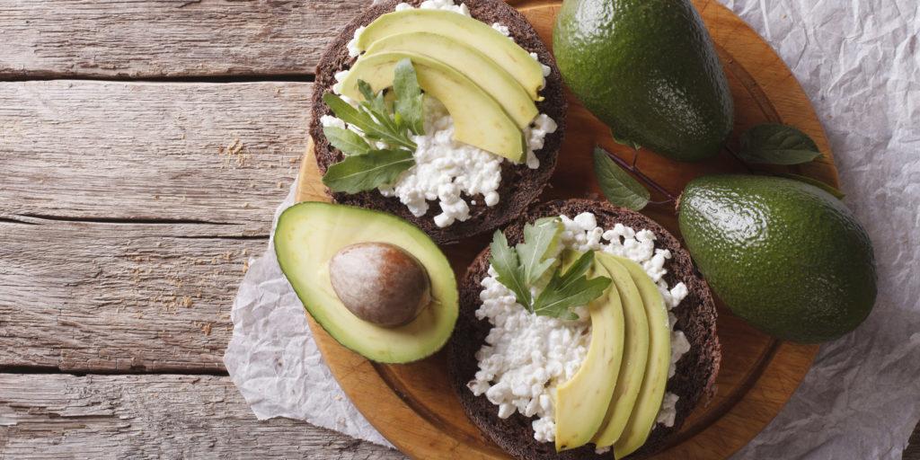 Бутерброд с авокадо и творогом