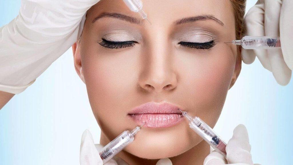 Женщине колят ботокс в лоб, возле глаз, в губы