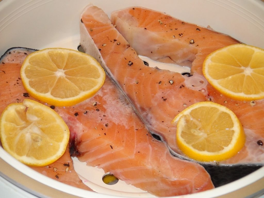 приготовить красную рыбу пару с лимоном