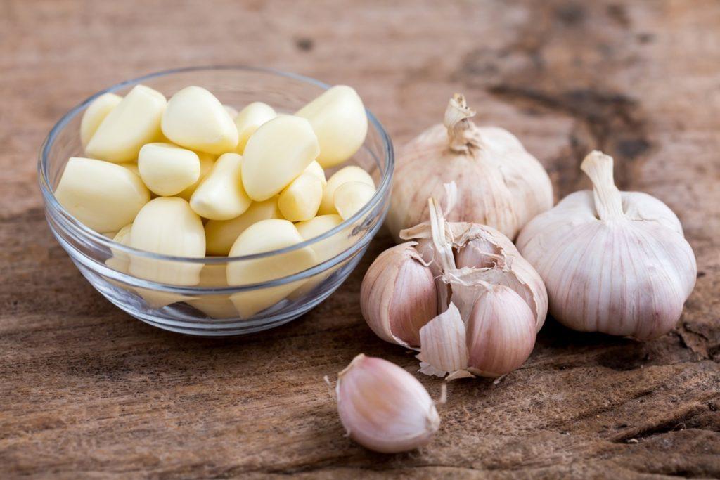Чеснок зубчики и луковицы на столе